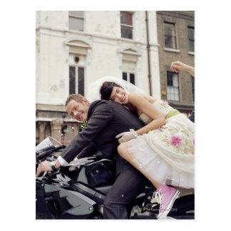 微笑するモーターバイクポートレートの新郎新婦 葉書き