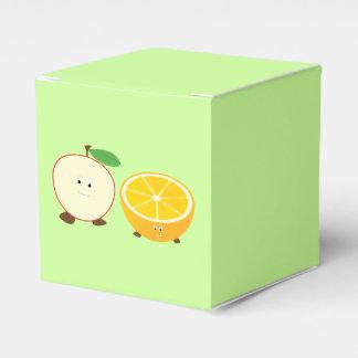 微笑の半分のりんごおよび半分オレンジ フェイバーボックス