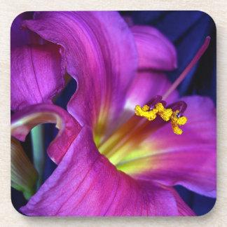 心に訴える詩的な紫色ユリ コースター