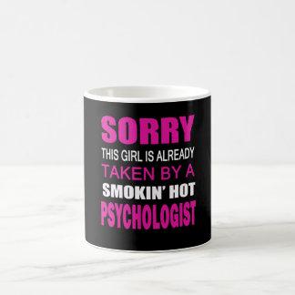 心理学者によって取られる コーヒーマグカップ