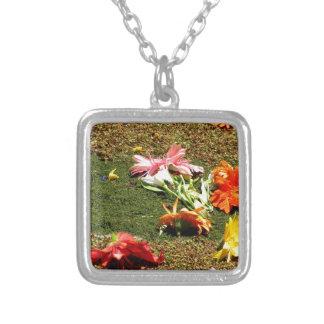忘れられた花のカラフルな景色 シルバープレートネックレス