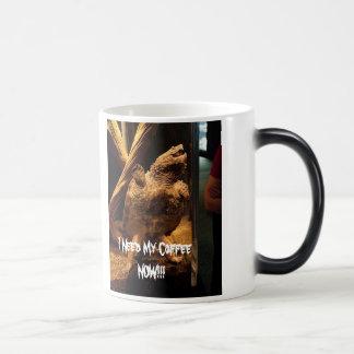 怒っているカメのマグ マジックマグカップ