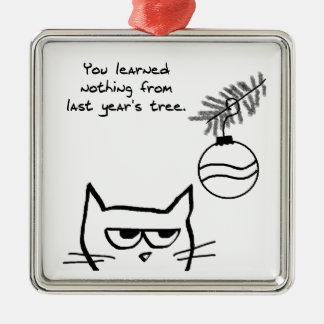 怒っている猫およびクリスマスツリー メタルオーナメント