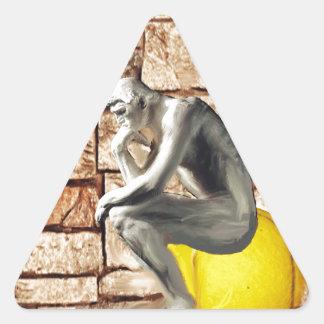 思想家の彫像が付いているテニス・ボール 三角形シール
