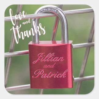 恋人の南京錠の赤いチェーン・リンクの塀は感謝していしています スクエアシール