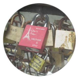 恋人橋-パリ愛ロック、フランス-急上昇させて下さい プレート