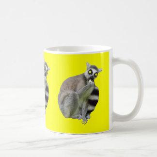 恐い目の黄色いコーヒーのマグを持つおもしろいなLemur コーヒーマグカップ