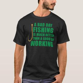 悪い日の魚釣りは大いによりよくあります Tシャツ