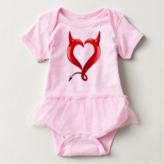 悪魔の角が付いているが付いている美しく赤い愛ハート ベビーボディスーツ