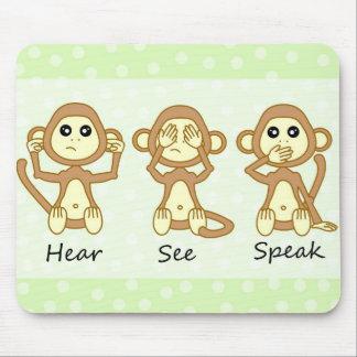 悪-かわいいベビー猿--を話すために見るために聞かないで下さい マウスパッド
