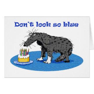 悲しい灰色犬およびお誕生日ケーキ。 ユーモア カード