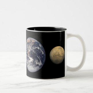 惑星のサイズの比較のマグ ツートーンマグカップ