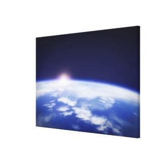 惑星の地球の上の朝日が付いている宇宙 キャンバスプリント