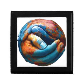 惑星の地球の世界平和を形作る握りしめられた手 ギフトボックス
