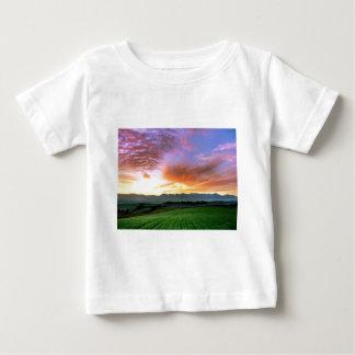 『愁彩の丘』 北海道 美瑛 秋 朝焼け ベビーTシャツ