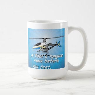愚か者の舌は彼のフィートの前に走ります コーヒーマグカップ