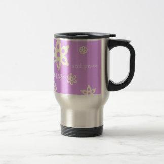 愛および平和紫色の花パターンを共有して下さい トラベルマグ