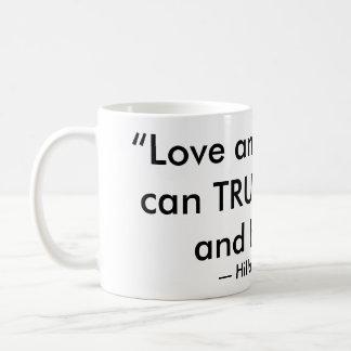 """""""愛および親切さの…""""ヒラリー・クリントンの引用文 コーヒーマグカップ"""