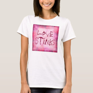 """""""愛によって""""は女性のためのTシャツが悪臭を放ちます Tシャツ"""