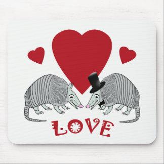 愛のかわいいアルマジロのカップル マウスパッド