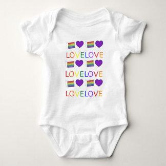 愛は愛ゲイプライドの虹のケーキLGBTのハートです ベビーボディスーツ