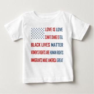 愛は愛ベビーのジャージーのTシャツです ベビーTシャツ