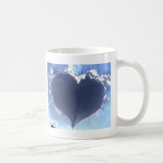 愛は空気にあります: ハート形の雲: 結婚 コーヒーマグカップ
