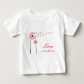 愛は空気、赤いハートが付いているタンポポにあります ベビーTシャツ
