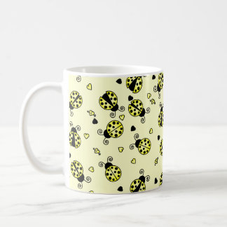 愛は黄色いてんとう虫を煩わせます コーヒーマグカップ