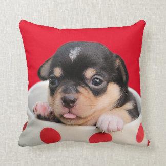 愛らしいティーカップの子犬のカスタムな背景色 クッション