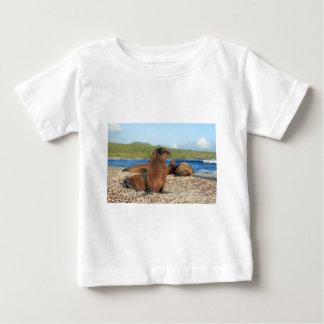 愛らしいベビーのアシカのガラパゴス諸島 ベビーTシャツ