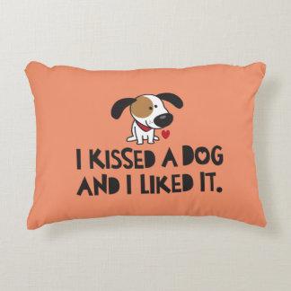 愛らしい私は犬に接吻し、それを好みました アクセントクッション