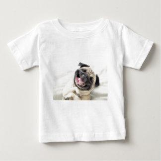 愛らしい笑うパグのデザイン ベビーTシャツ