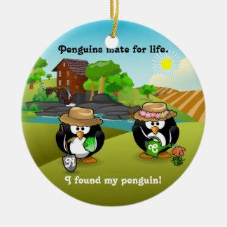 愛らしい野菜農家の庭師のペンギンのカップル セラミックオーナメント