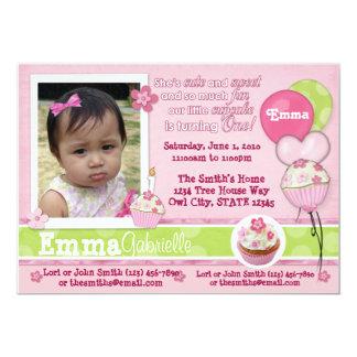 愛らしい1年のカップケーキのピンクの招待状(写真) カード