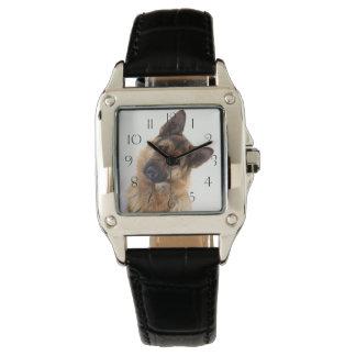 愛らしくおもしろいなジャーマン・シェパードのポートレート 腕時計