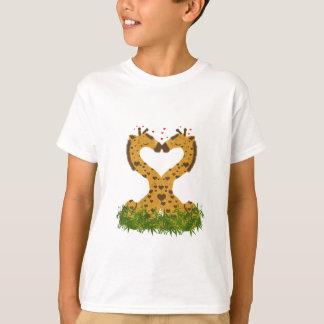 愛らしくかわいい愛キリンのハート形の接吻 Tシャツ