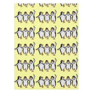 愛らしく幸せな踊りのペンギンのパーティ テーブルクロス