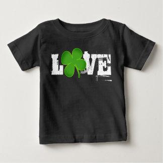 愛セントパトリックの日のベビーのTシャツのユニセックスなクローバー ベビーTシャツ