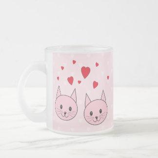 愛中心を持つピンク猫 フロストグラスマグカップ