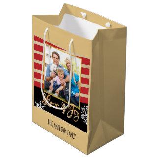 愛及び喜びの写真の名前入りなクリスマス ミディアムペーパーバッグ