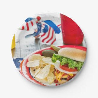 愛国心が強いテーマの荷を積まれたハンバーガー ペーパープレート