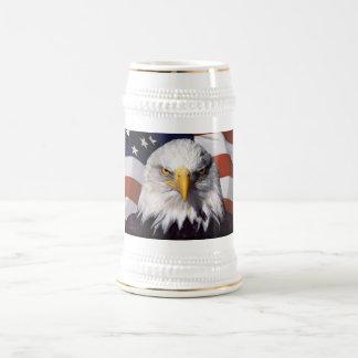 愛国心が強いワシ及び旗 ビールジョッキ