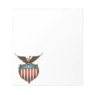 愛国心が強いヴィンテージ米国旗を持つ白頭鷲 ノートパッド