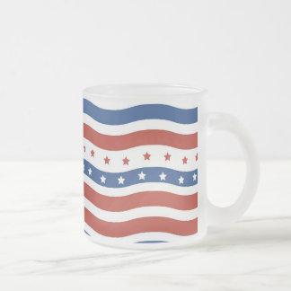 愛国心が強い波状の星条旗の自由の旗 フロストグラスマグカップ