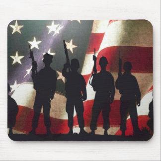 愛国心が強い軍の兵士のシルエット マウスパッド