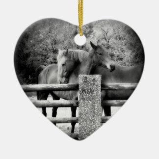 愛情のある馬の共有の愛および抱擁 セラミックオーナメント