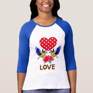 愛-ハート、鳥およびバラ Tシャツ