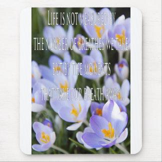 感動的なクロッカスの花 マウスパッド