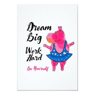 """感動的な印の""""仕事を持つピンクのカバのバレリーナ カード"""